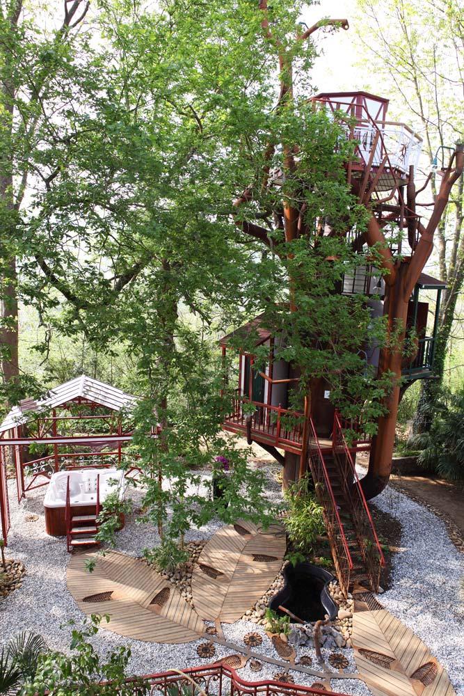 h bergement insolite dans un arbre au pays basque. Black Bedroom Furniture Sets. Home Design Ideas